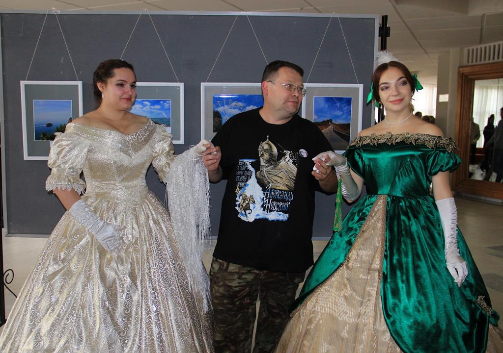 Зрителей фильма «Первые» встретили дамы петровской эпохи